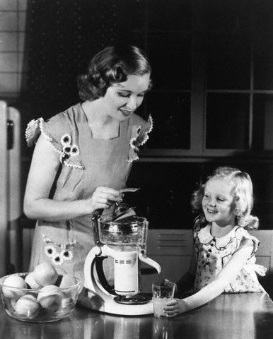 1937, Schenectady, New York, USA --- A mother makes lemonade for her daughter using an electric juicer. --- Image by Schenectady Museum; Hall of Electrical History Foundation/CORBIS