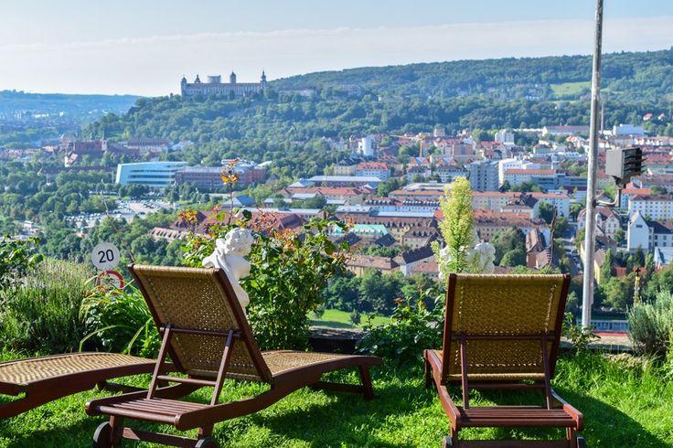 Grandiose Aussicht von der Liegewiese im Schlosshotel Steinburg  ... #aussicht #wuerzburg