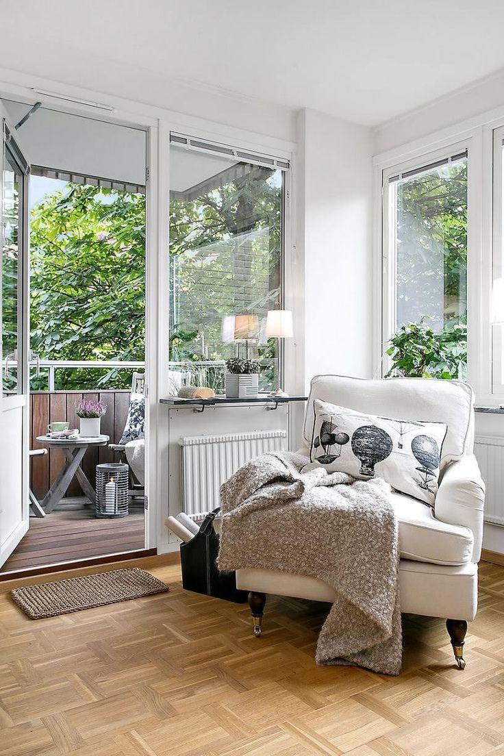 【外で気軽にリラックス】リビングのすぐ隣のベランダの屋外リビング | 住宅デザイン