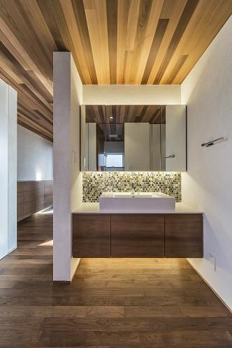 専門家:が手掛けた、モザイクタイルがアクセントの洗面台(井之口の家)の詳細ページ。新築戸建、リフォーム、リノベーションの事例多数、SUVACO(スバコ)
