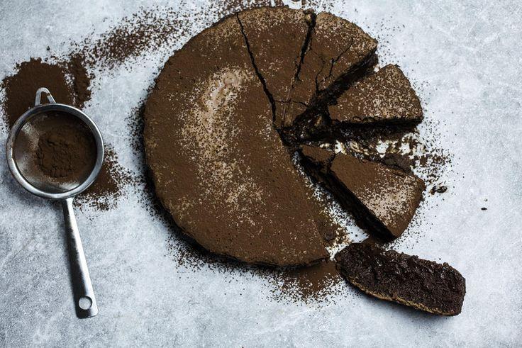 Er du på jakt etter en supersaftig kake med en ren og intens sjokoladesmak skal du teste ut sjokoladekaken «Nemesis». Den legendariske «Chocolate Nemesis» stammer fra «The River Café» i London. Kaken er laget uten mel, og er stekt i vannbad, noen som gir den en ekstremt delikat, fløyelsmyk og kremet konsistens. Du klarer rett og slett ikke å motstå denne hinsides sjokoladekaken når du først har smakt den. Og jeg må advare deg, som sjokoholiker vil du aldri klare å rømme fra din Nemesis.…