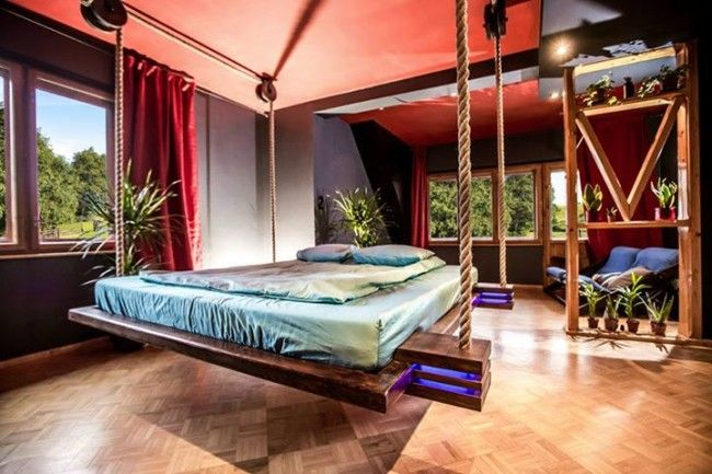 Stijlvol slapen in een kleine ruimte: hangend bed aan scheepstouw - Roomed | roomed.nl
