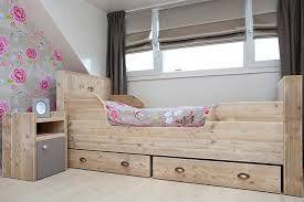 Dit is een leuk bed met lades