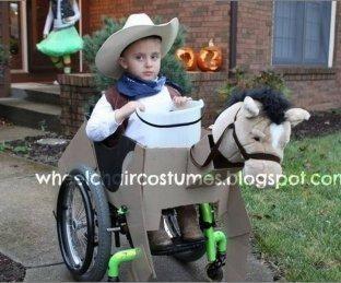 Una madre crea disfraces geniales para su hijo en silla de ruedas
