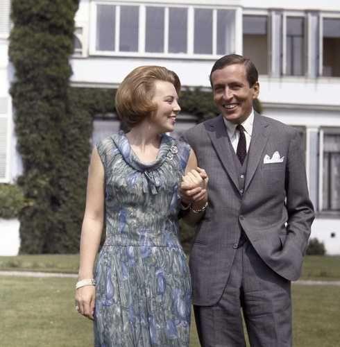 SOESTDIJK - Prinses Beatrix stelt haar verloofde Claus von Amsberg voor, in de tuin van paleis Soestdijk COPYRIGHT ANP PHOTO BENELUX PRESS