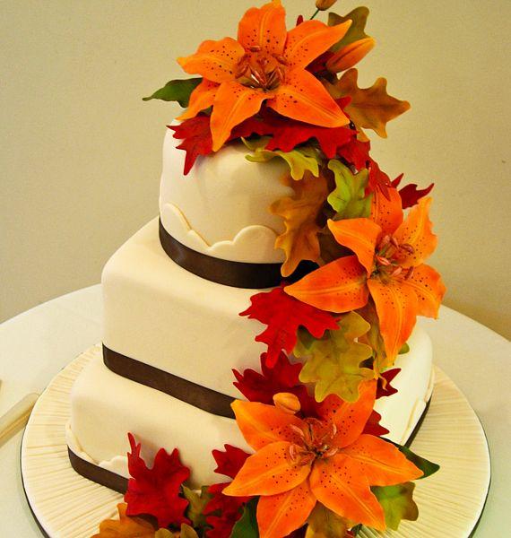 A narancssárga liliomokkal elegánsabbá lehet tenni a marcipánból megformázott, őszi kompozíciót.