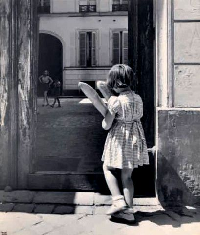 The girl and the baguettes  Paris 1950s Ilse Bing