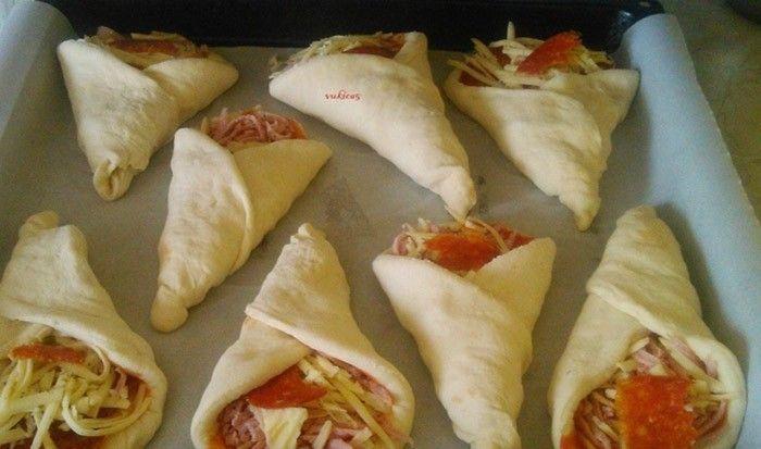 Skvělý nápad jak udělat pohoštění pro hosty na narozeninovou párty, nebo jen tak připravit dětem slané pohoštění. Klasické pizza kolečka složíte do tvaru kornoutu a máte chutnou večeři.