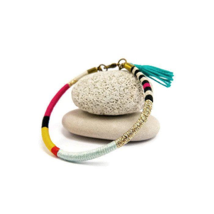 Bracelet en coton tissé à la main en écoutant : Kota Bonobo - Album ¨Animal Magic¨  Inspiration graphique, moderne un brin bohème!  Pour un style hippie-chic, boho vous pouvez le porter avec dautres bracelets en jouant les superpositions. Porté seul il apporte une note de couleur à un style plus sobre et épuré. En jean/T-shirt ou en robe habillée, il peut vous suivre dans tous vos styles vestimentaires.  ✩ DÉTAILS & SECRETS DE FABRICATION✩ - Coton égyptien rose, jaune, vert deau - Lurex…