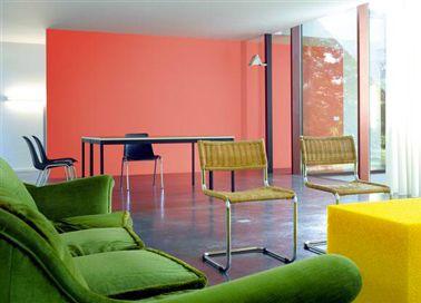 Orange, jaune et vert couleurs toniques pour le salon