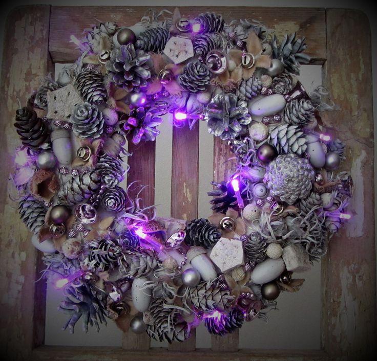 Věnec+s+fialkovým+světlem+-+bílo-stříbrný+věneček+(použitý+materiál+je+přírodní,+stříkaný+nezávadnými+akrylovými+barvami)+-+doplněno+zvonečky+a+kuličkami+v+jemné+fialkové+barvě,+baňkami,+rolničkami+a+led+řetězem,+který+svítí+fialově+-+led+světýlka+jsou+k+věnečku+přichycena+zezadu,+včetně+dvou+kvalitních+tužkových+baterií+-+průměr+29cm+-+luxusní...