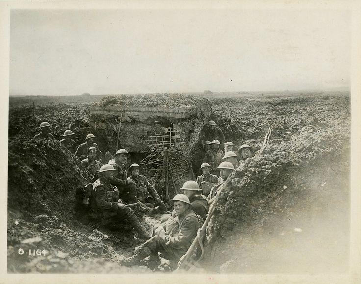 Soldats Canadiens qui se sont emparés d'un emplacement de mitrailleuses allemand, au sommet de la crête de Vimy.