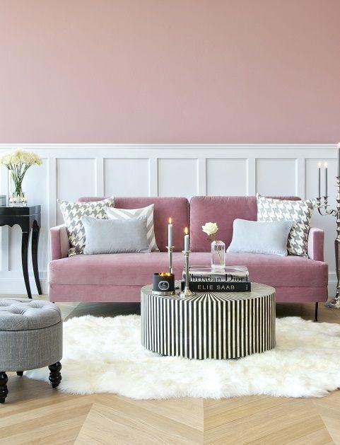 So funktioniert der Look» Classy in Pink« Samtsofas sind total angesagt – vor allem in Pink! Und wie wunderbar das Trendpiece zu unterschiedlichen Wohnstilen passt, zeigt auch dieser elegante Look. Unser Tipp: Hochstapelei! Auf dem Couchtisch unterschiedliche Deko-Ebenen mit Coffeetable-Books schaffen, so rücken Vasen & Co. gezielt ins Rampenlicht. // Wohnzimmer Sofa Samt Velvet Pink Teppich Couchtisch Silber Fell