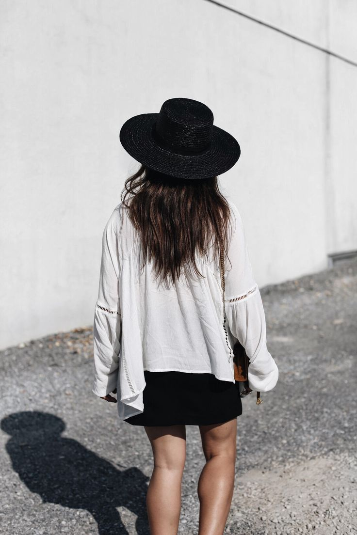 SUMMER | Fiona from thedashingrider.com wear a Mbym Tunic Shirt via Edited.de, a black skirt from Ikks, a suede Saint Laurent Bag and a black straw hat from Topshop. Petite Blogger | Style Blogger | Outfit | The full look is available here: http://liketk.it/2oKfr
