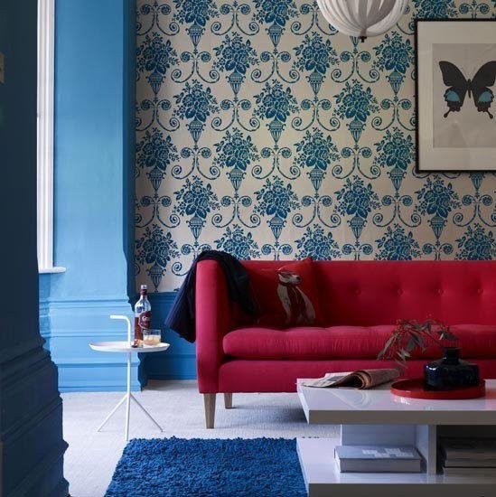 Красный диван в синем интерьере