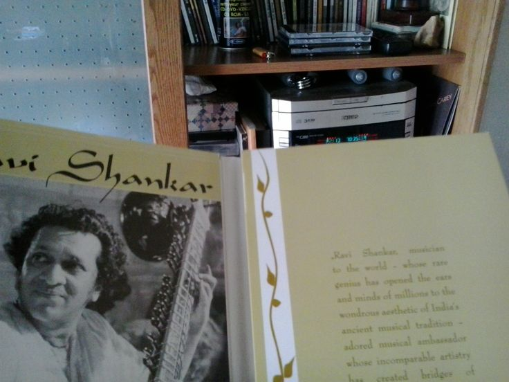"""10: 15 Un Raga de Raví Shankar, """"musician to the world"""" para ir despidiendo el día."""