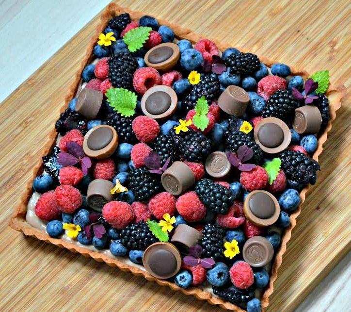 Denne tærte med chokolade og bær er inspireret af den florerende Instagram kage. Så her er mit bud, som tærte!