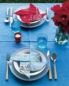 Pinwheel blue & red bandannas make the cutest July 4th tabletop! #patriotic #july4th