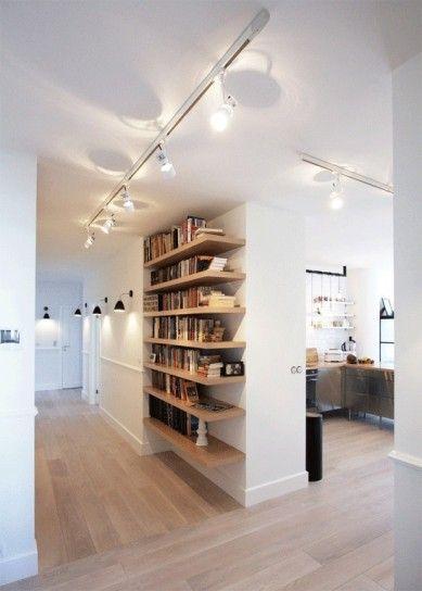 Corridoio accogliente - Le luci al soffitto sono un'ottima idea per illuminare il corridoio.