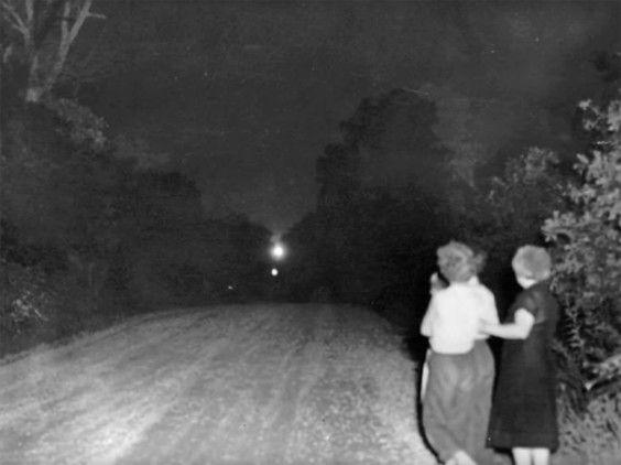 Bolas de luz que emergen en el límite de Misuri y Oklahoma (EE.UU.) llevan décadas atemorizando a la población local. Una hipotesis hace referencia a fantasmas de indígenas. Un profesor de la Universidad de Oklahoma Centro explicó en 2014 este fenómeno con faros de automóvil de un cruce remoto.
