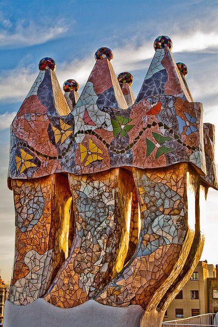 Las chimeneas están revestidas de vidrio transparente en su parte central y de cerámica en la superior, y rematadas por unas bolas de cristal transparente rellenas de arena de distintos colores.