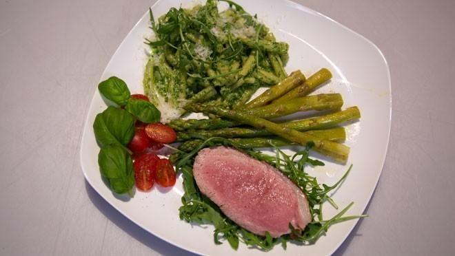Pasta con pesto di rucola e arrosto di vitello (pasta met rucolapesto en gegrild kalfsvlees) - recept | 24Kitchen