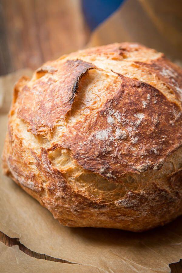 ¿Cómo se puede hacer una fácil Sin Amasar pan artesano y pase a cabo al igual que la panadería local?  Todo comienza un día antes, pero no se preocupe, es tan simple.  ohsweetbasil.com