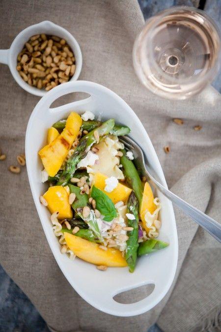 Lauwarmer Spargel-Mango-Salat mit Pasta und Ziegenkäse