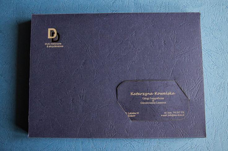 Papierowe skóropodobne pudełka na zdjęcia 15 x 21 cm (do samodzielnego złożenia) Kolor: granat lub bordo, z nacięciem na wizytówkę cena: 2,5 zł za pudełko z nacięciem (zamówienia już od 1 szt.) cena: 3 zł za pudełko z własnym logo lub ozdobnikiem (wygrawerowanym) - minimum zamówienia to 10 szt. Robimy również wizytówki grawerowane w papierze pasujące to pudełka. info@dex-druk.pl www.dex-druk.pl www.drukimedyczne.pl