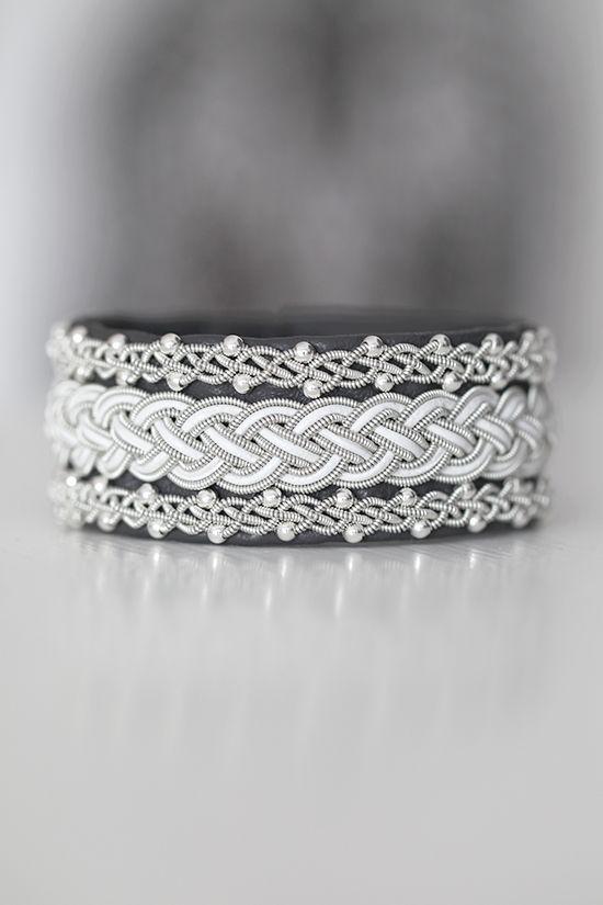 Lindas armband: Brett grått tennarmband med vit inflätning och silverpärlor