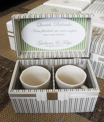 Para presentear seus Padrinhos e pessoas especiais, Giuliana e Felipe prepararam canecas personalizadas...para acomodá-las, confeccionamos caixas para 02 canecas (0181CAS) e canecas individuais(0182C ...