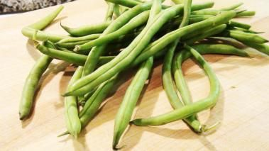 In this cooking video, I show you how to blanch green beans. It's pretty much the same technique I use across most of my green vegetables; it's very simple to do; and it helps ensure that you have bright green, properly cooked green beans. Blanching green beans can also be a great time saver, as you can blanch the beans well ahead of when you actually need them, and then right before you're ready to serve just give them a quick, 30 seconds cooking and you're good to go. I'll use this…