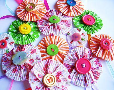 Papieren bloemen, gemaakt van cupcake vormpjes en oude knopen #knutsels #kinderen