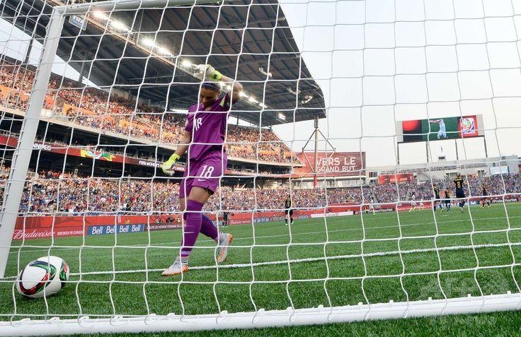 女子サッカーW杯カナダ大会・グループD、米国対オーストラリア。米国のミーガン・ラピノーに得点を許したオーストラリアのGKメリッサ・バービアーリ(2015年6月8日撮影)。(c)AFP/JEWEL SAMAD ▼8Jun2015AFP|ラピノーが2得点!米国がオーストラリアに快勝 女子サッカーW杯 http://www.afpbb.com/articles/-/3051100 #2015_FIFA_Womens_World_Cup
