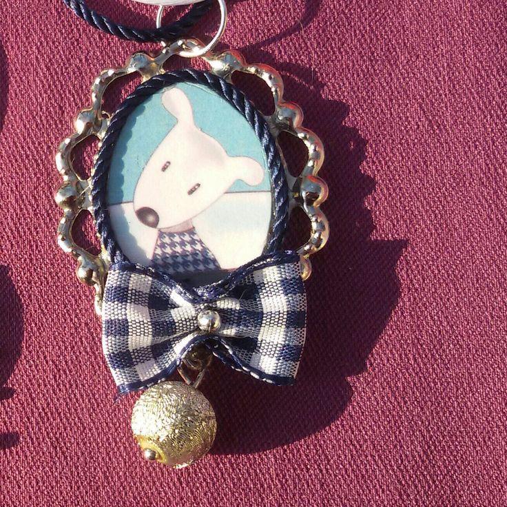 È natale! Bellissima collana realizzata a mano con cammeo con cagnolino e fiocchetto in tessuto. Kawaii