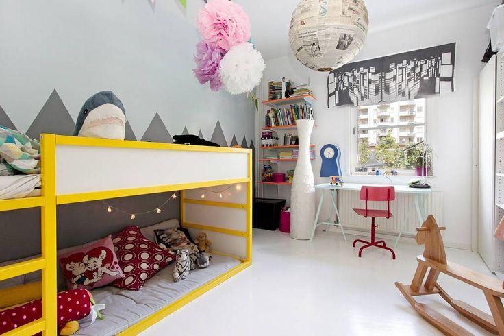 Apartment in Stockholm, Sweden. Rymlig hall med avhängning och stora speglar. I barnrummet finns en våningssäng för två personer, en soffa och gott om leksaker. I det andra sovrummet finns en skön dubbelsäng. Vardagsrummet är ljust och rymligt med stora fönster mot gården.