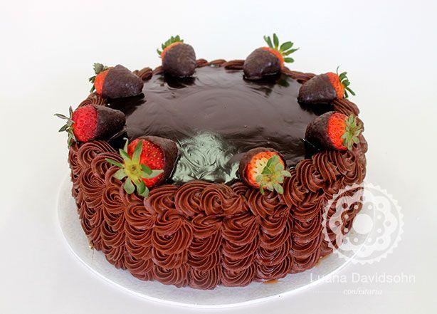 Bolo de Chocolate com Morangos: bolo de chocolate com recheio de creme de morango e morangos frescos, decorado com creme de chocolate e morangos mergulhados em calda de chocolate