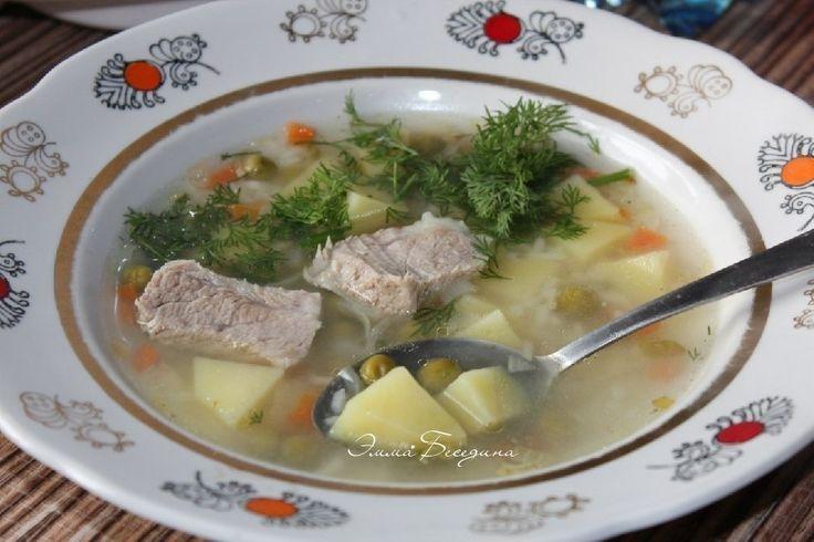 ✔Для любителей простых и вкусных первых блюд предлагаем легкий и весьма аппетитный рецепт приготовления рисового супа с горошком. Он получается вполне прозрачным и в меру жирным. Отличается неповторимым вкусом, который образуют говядина, овощи и специи.  ♨ Суп с рисом и зеленым горошком.  Автор: Эмма Беседина  Рецепт на 4 порции: вода 1,2л, говядина (на косточке) 300г, картофель 180г, рис 30г, лук репчатый 70г, морковь 50г, корень сельдерея 15г, замороженный зеленый горошек 4 ст.л., масло…