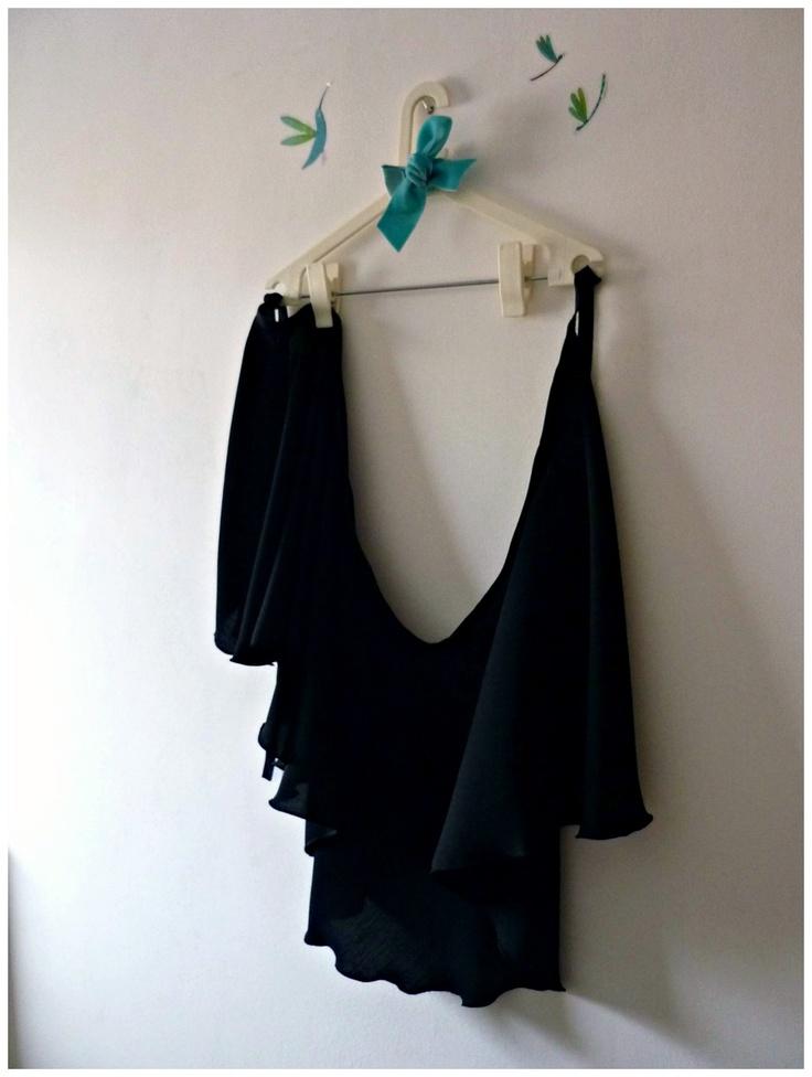 Faldas para la clase de ballet. No son cortas, sino que se trata de un modelo mas largo, sobre todo en la parte trasera, y levemente mas corto en la delantera. Hemos creado faldas en varios colores como el negro, verde oscuro, gris y rosa pálido. El modelo es cruzado y con cintas para atar en la cintura. Hecha a mano, cada falda es una pieza única.