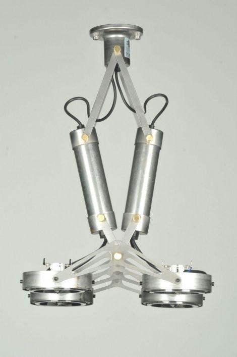 artikel 70809 Industriële plafondlamp met 4 grote spots. Gemaakt van blank ijzer met roest en krassen, met subtiele accenten in chroom en messing.https://www.rietveldlicht.nl/artikel/plafondlamp-70809-retro-industrie-look-metaal-rond