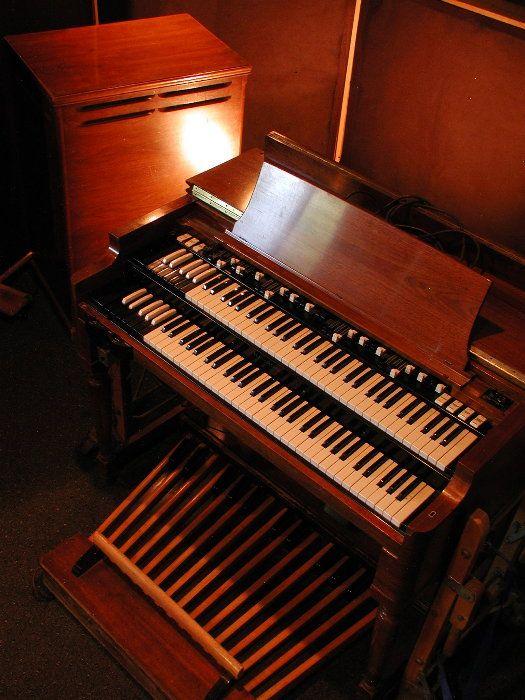 Hammond Organ B-3 Model with a Leslie Speaker.