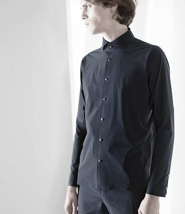 DIA4650U S.I.O. SEAMLESS SHIRT A clean cut, close-fitting shirt with a new degree of comfort and mobility.