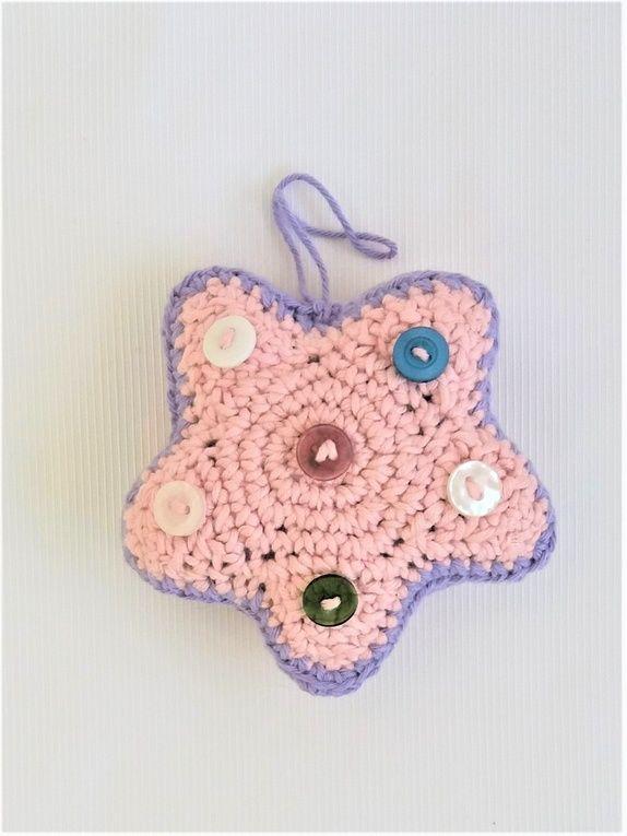 Heklet stjerne i rosa og lilla.