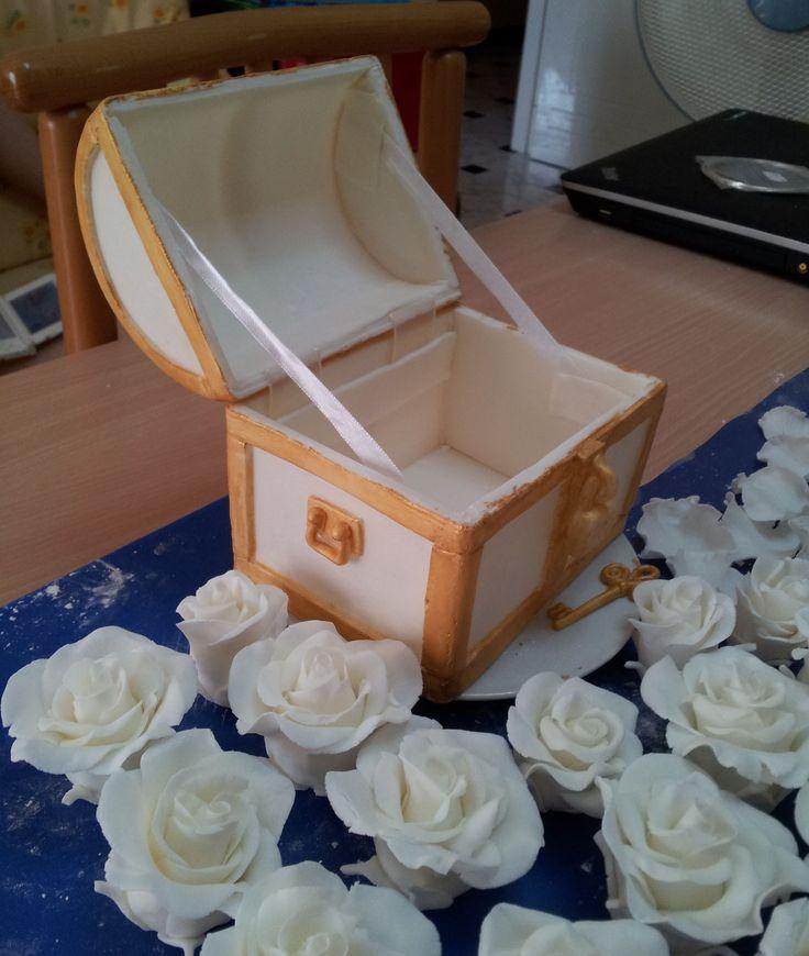 Scrigno in pasta di zucchero, dove lo sposo doveva nascondere una sorpresa per la futura moglie, interamente fatto a mano senza stampo, e rose in pdz, tutto per decorare una torta di matrimonio