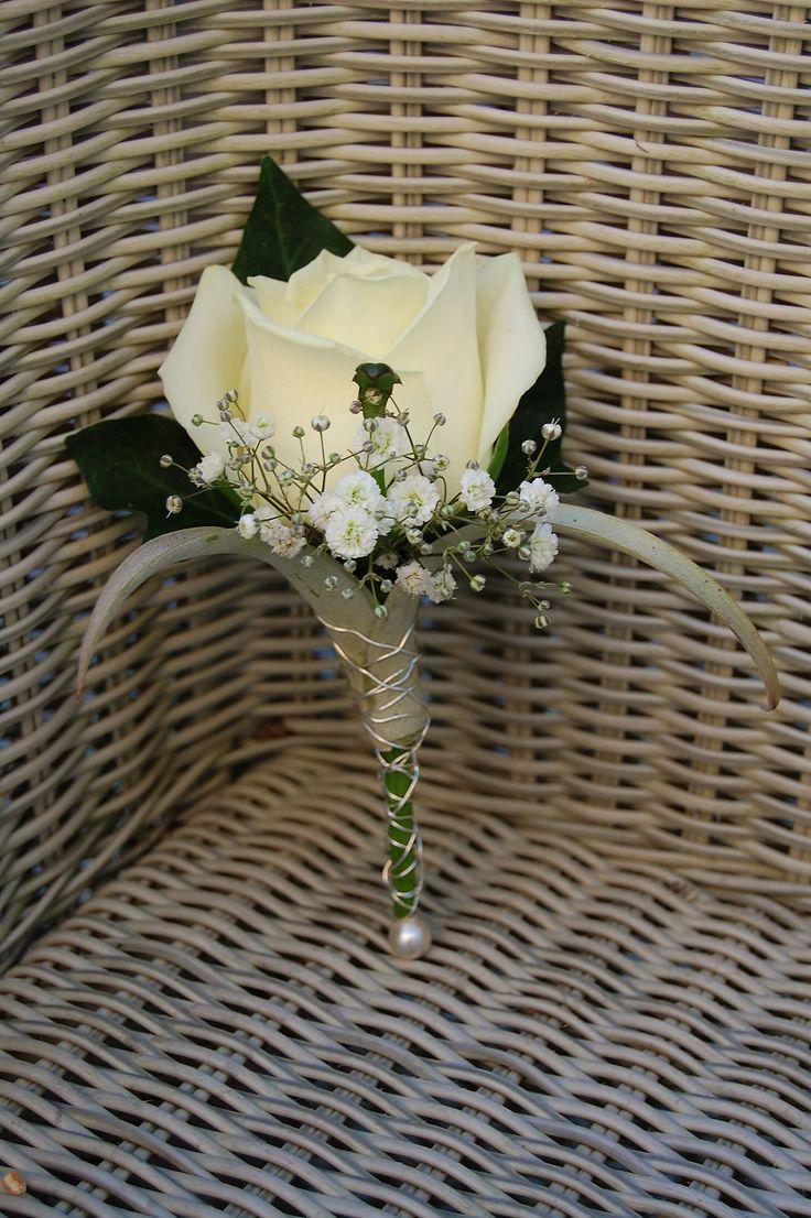 Bruidegomcorsage, witte roos, wit gipskruid, Tillandsia krul. www.meesterlijkgroen.nl