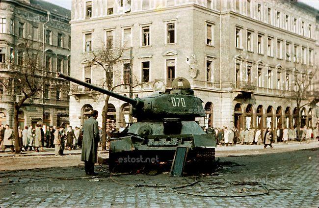 UNGARN, 10.1956.Budapest, VIII. Bezirk.Ungarn-Aufstand / Hungarian uprising 23.10.-04.11.1956:.Verlassener sowjetischer T-34-Panzer an der K...