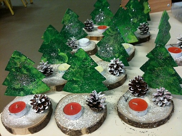 Voici les sapins peints au tampon (ronds), parsemés de paillettes Les pommes de pin peintes au pinceau et les bougies peintes et roulées dans le gel pailleté... Les rondins de châtaigner peints à la brosse à dents pour faire comme de la neige.