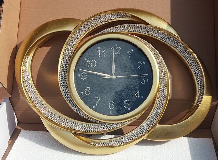 Altın Renk  Dekoratif Taşlı Duvar Saati 2015  Ürün Bilgisi;  Ürün maddesi : Polyester ( sert alçı ) Sessiz çalışır Mekanizması 5 yıl garantili Altın renk Dekoratif, şık ve kalitesi duvar saati modeli Ürün fotoğraftaki gibi gönderilecektir Tek kalem pil ile çalışmakta Sevdiklerinize hediye edebilir Ölçüleri :   Eni : 50 cm Boyu : 37 cm Sadece göbek çap : 23 cm