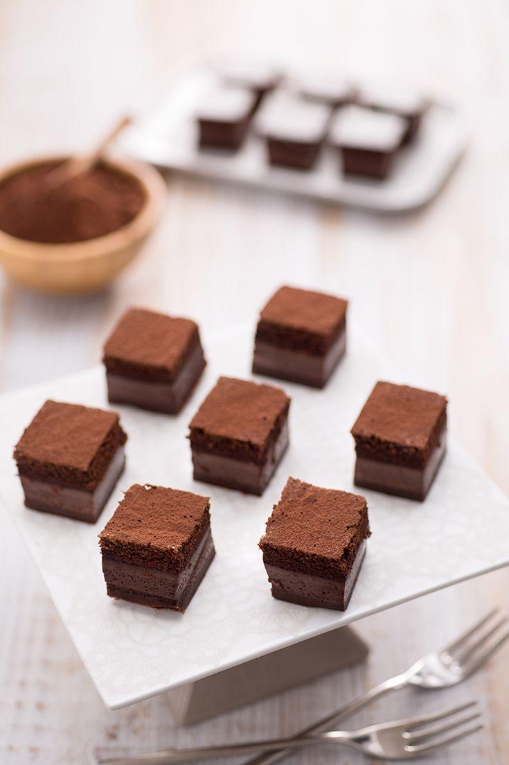Magica per davvero e in una versione ancora più golosa della classica, la #torta #magica al #cacao è una sorpresa bellissima da ricevere e gustare! Presentandola tagliata in #monoporzioni si può apprezzare in pieno l'incantesimo...si, perché un solo impasto si trasforma in #tre #strati! Tre dolci in un solo colpo! #ricetta #GialloZafferano #dessert #chocolate #magicrecipe
