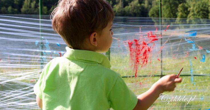 Malowanie na folii. Kreatywne zabawy dla dzieci na świeżym powietrzu, zabawy dla najmłodszych, zabawy dla przedszkolaków, zabawy w plenerze, zabawy na dworze. Zabawa ruchowa, prace plastyczne.